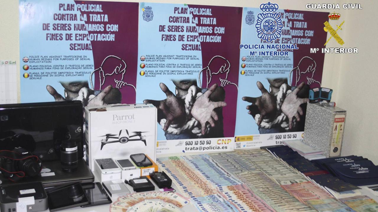 Material incautado en la operación contra la mayor red de falsificación de moneda conocida en España