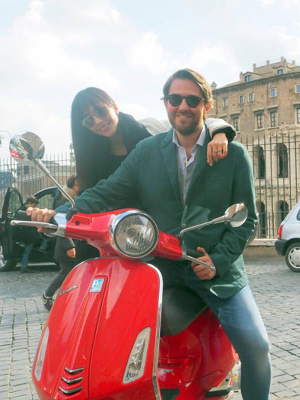Máxim, en Roma y en vespa con una invitada
