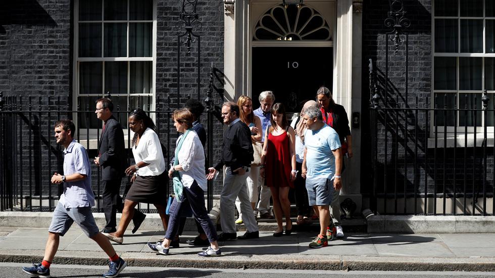May recibe a las víctimas de Londres dras las duras criticas por su gestión