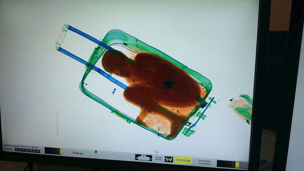 La mayor parte de los grupos considera excesivo que al padre del menor rescatado en una maleta se le acuse del mismo delito que a quienes trafican con seres humanos