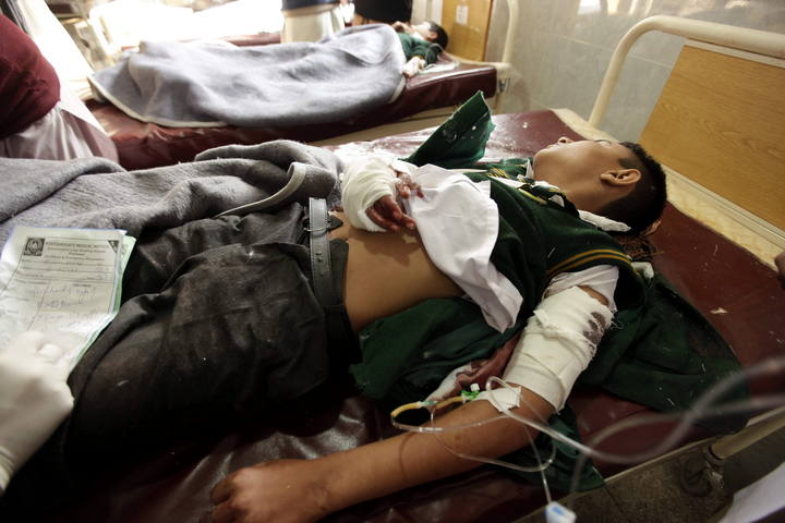 Un estudiante, herido en el ataque talibán, recibe tratamiento médico en un hospital de Peshawar (Pakistán). Foto: EFE/Arshad Arbab