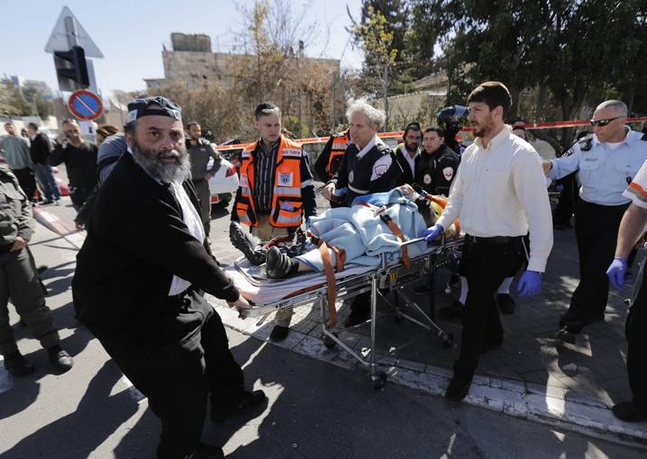 Médicos atienden a uno de los heridos en el atropello de Jerusalén