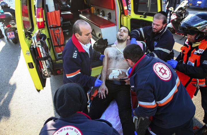 Médicos israelíes evacúan a un hombre apuñalado en un autobús de Tel Aviv