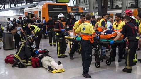 Medio centenar de heridos, 5 graves, en un accidente de tren de Cercanías en Barcelona