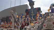 Ir al VideoLa 'mega ofrenda' reúne en México 140 altares en el Día de los Muertos