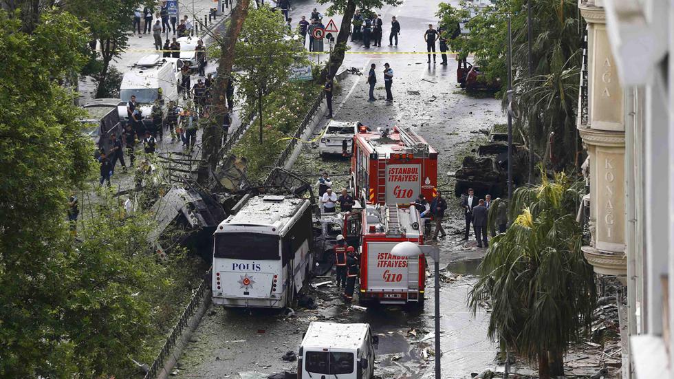 Al menos 11 muertos y 36 heridos al estallar una bomba al paso de un autobús policial en Estambul