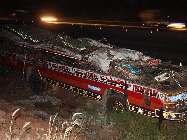 Al menos 30 muertos en el accidente de un autobús escolar en Pakistán