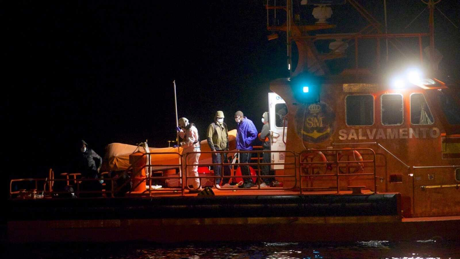 Ir al VideoAl menos cuatro muertos tras el naufragio de una patera en Lanzarote cerca de la costa