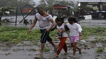 Ir al VideoAl menos diez muertos y 450.000 evacuados tras el paso del tifón Rammasun por Filipinas