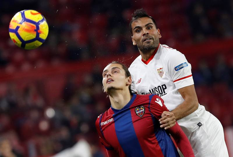 Mercado lucha con Antonio Luna durante el partido de la decimosexta jornada de Liga.
