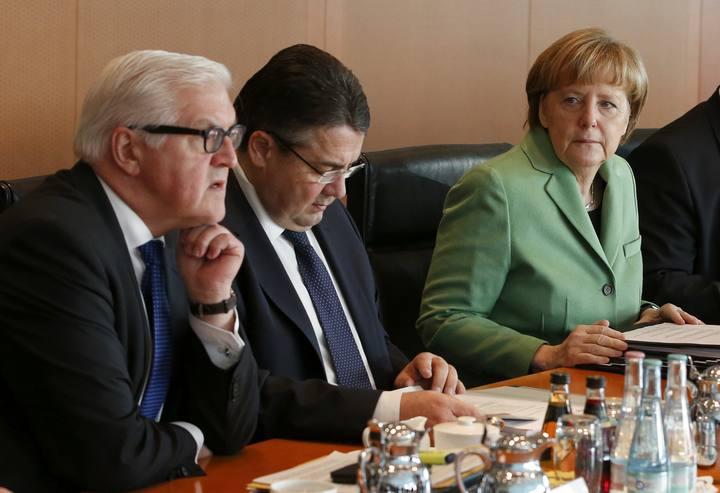 Merkel, junto al ministro de Economía y vicecanciller, Sigmar Gabriel