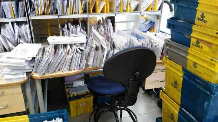 Mesa vacía en una oficina de Correos de la localidad tinerfeña de La Orotava