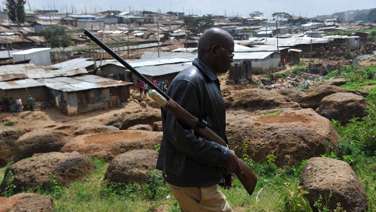 Un miembro del dipositivo de búsqueda camina por el barrio de Langata.