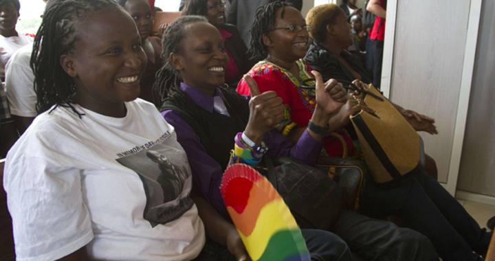 """Miembros de la comunidad gay de Uganda celebran el fallo del Tribunal Constitucional, que anula la ley """"antihomosexuales"""""""