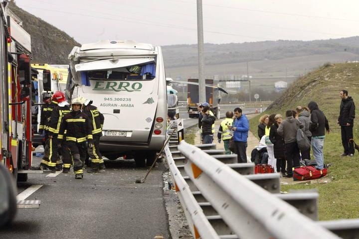 Miembros del cuerpo de Bomberos en el lugar del accidente ocurrido en la AP-1, a la altura del municipio alavés de Arrazua-Ubarrundia.
