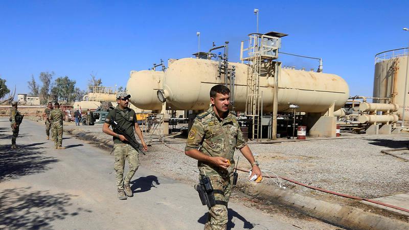 Miembros de las fuerzas de seguridad iraquí en un pozo petrolífero en Dibis, cerca de Kirkuk.