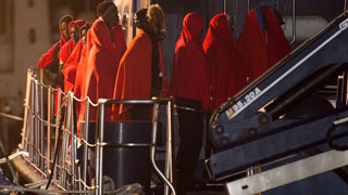 Centenares de migrantes y refugiados intentan cruzar el Mediterráneo