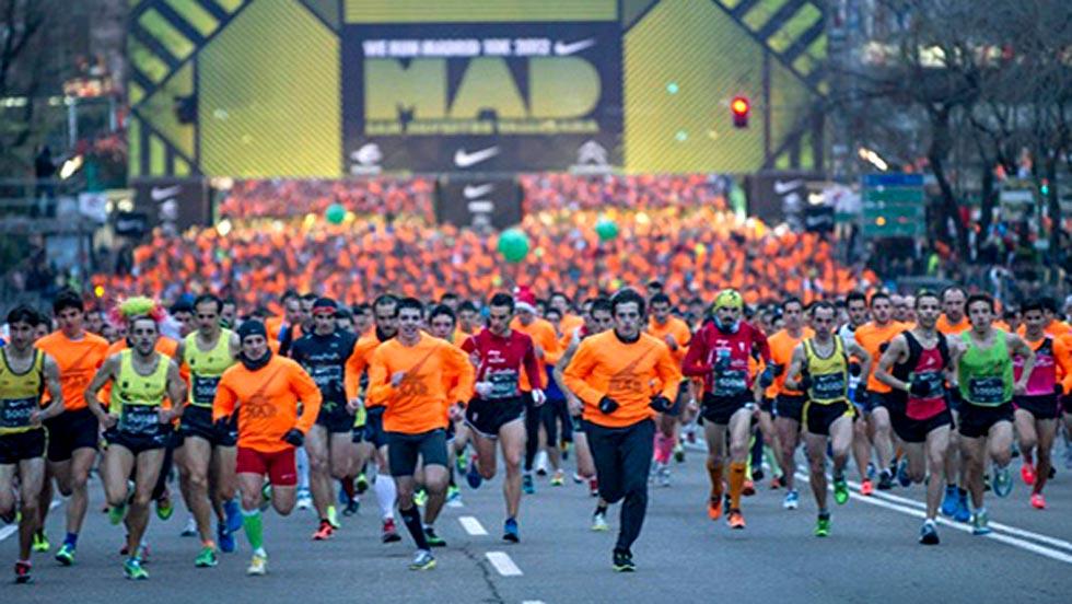 Miles de corredores corren hoy en la 50ª San Silvestre Vallecana