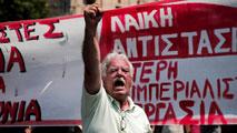 Ir al VideoMiles de funcionarios salen a la calle en Grecia para protestar por el pacto con Bruselas