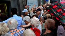 Ir al VideoMiles de jubilados acuden a los bancos de Grecia para cobrar parte de sus pensiones