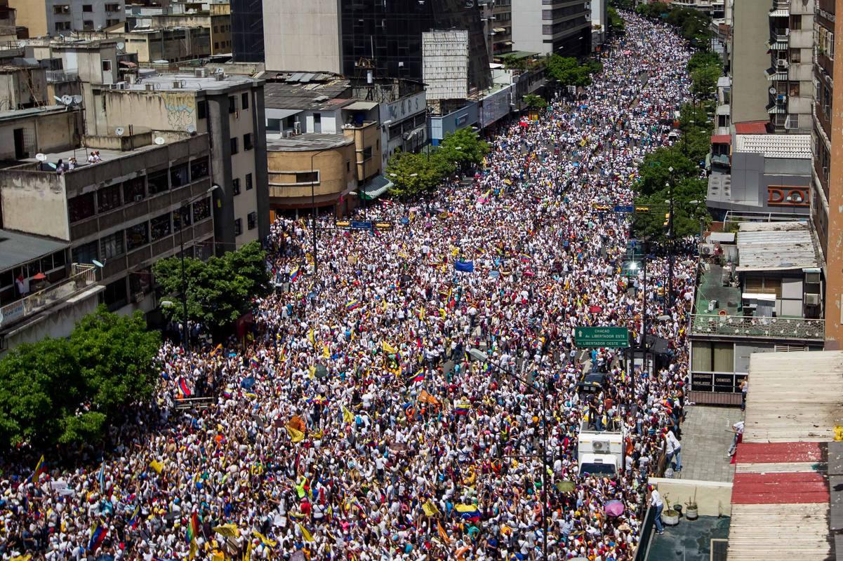 Miles de personas participan en una manifestación denominada