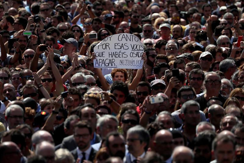 Miles de personas han condenado el terrorismo en Cataluña
