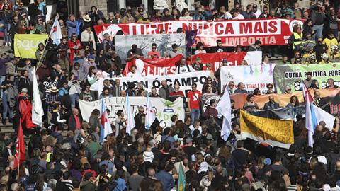 Ir al VideoMiles de personas marchan contra los incendios en Galicia y piden la dimisión de Feijóo