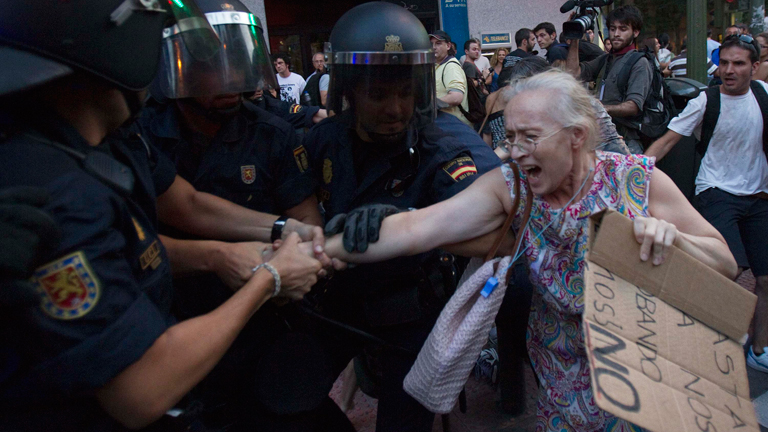 Miles de personas toman el centro de Madrid en protesta por los recortes