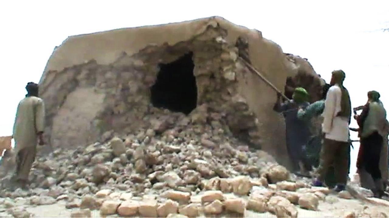 Milicianos islamistas destruyen un antiguo santuario en Tombuctú, Mali, en 2012 (imagen de archivo)