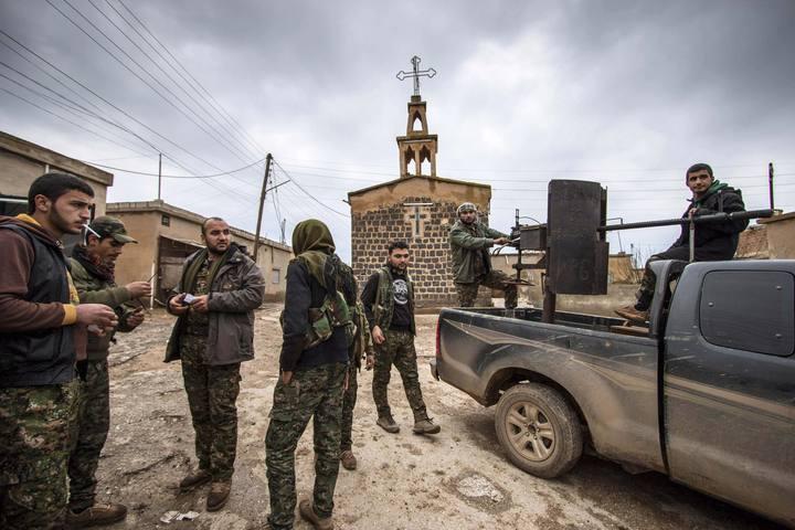 Milicianos de las Unidades Populares de Protección (YPG) kurdas en la aldea de Tel Jumaa, en la región de Hasaka, Siria