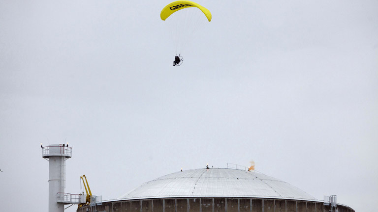 Un militante de Greenpeace aterriza en parapente en una central nuclear francesa