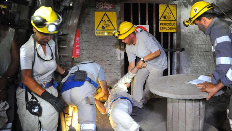Un minero intenta cortarse las venas en el tercer día de encierro