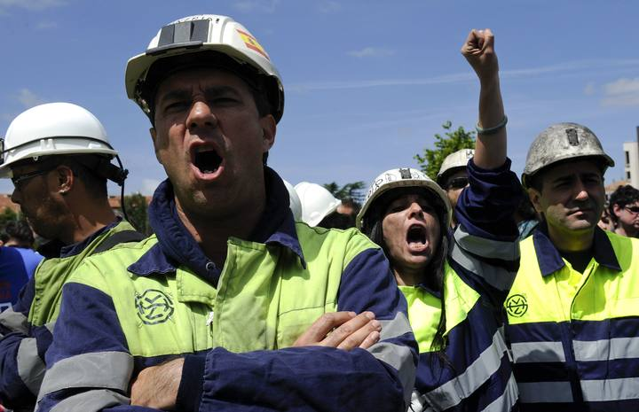 Mineros protestan a las puertas del auditorio de León donde el PP celebra un mitin electoral