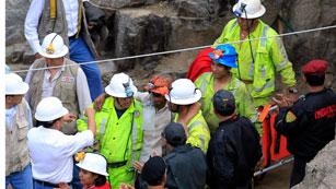Los nueve mineros atrapados en Perú ven por fin la luz del día