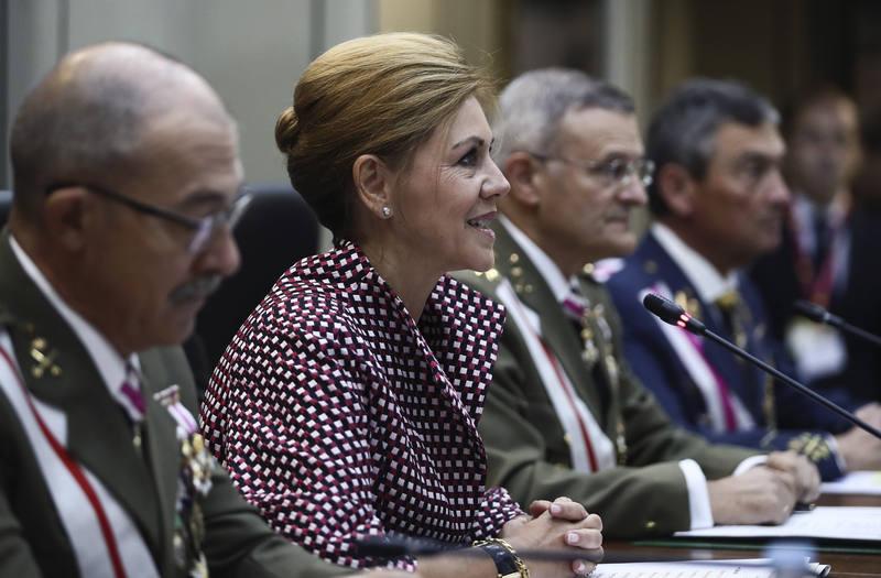 La ministra de Defensa, María Dolores de Cospedal, durante la videpconferencia con los mandos de las tropas desplegadas en el exterior