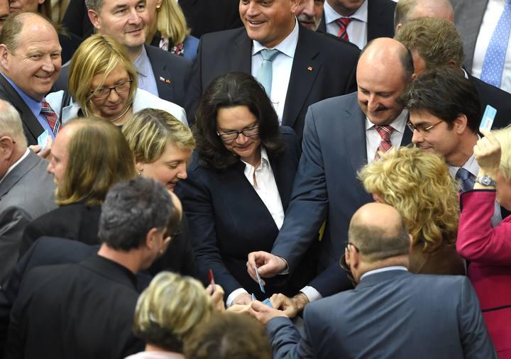 La ministra de Empleo de Alemania vota junto a otros diputados la nueva ley sobre negociación colectiva