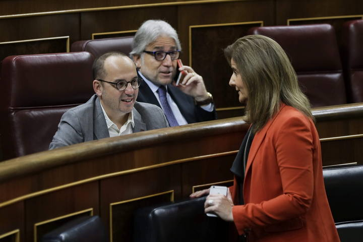 La ministra de Empleo, Fátima Báñez, charla con el diputado de CiU Carles Campuzano , junto al portavoz de esa formación, Josep Llibre, en el Congreso