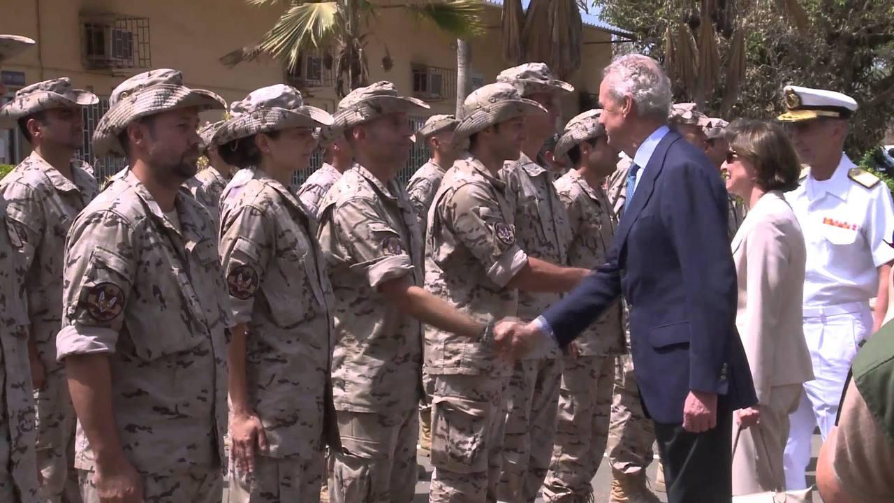 El ministro de Defensa con soldados españoles en África