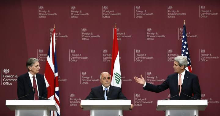 El ministro de Exteriores británico; Philip Hammond, el primer ministro iraquí, Haider al-Abadi y el secretario de Estado de EE.UU., John Kerry, en rueda de prensa en Londres.