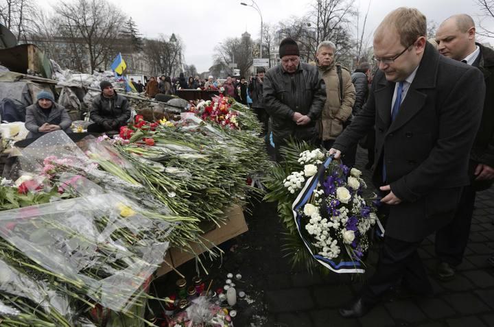 El ministro de Exteriores estonio, Umas Paet, rinde tributo a las víctimas de las protestas en Kiev