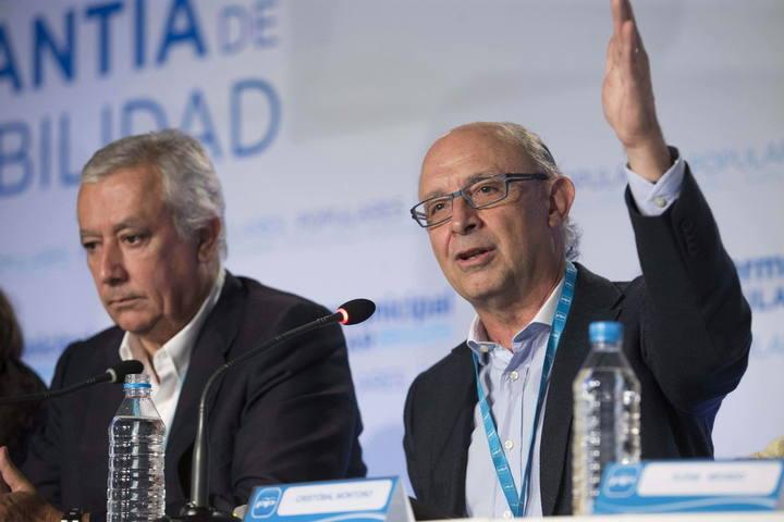 El ministro de Hacienda, Cristóbal Montoro,d., junto al vicesecretario de Política Autonómica y Local del partido, Javier Arenas durante la 22 Unión Intermunicipal Popular (Murcia).