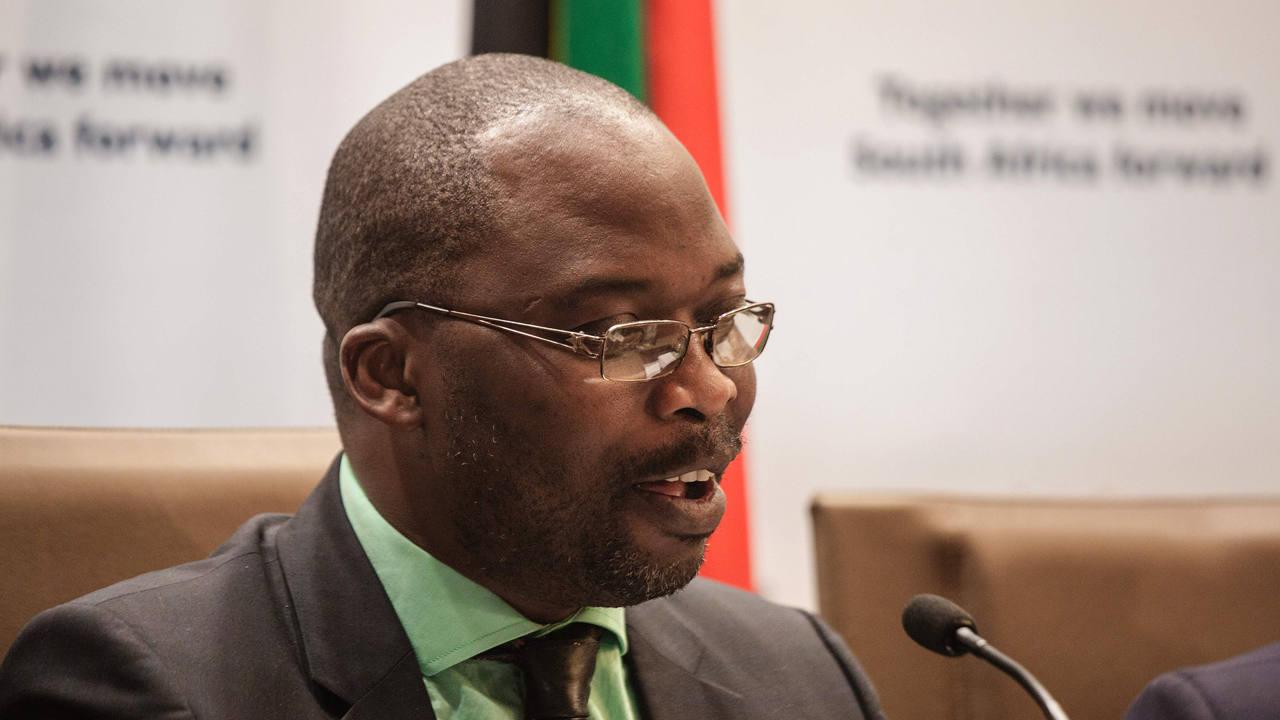 El ministro de Justicia sudafricano, Michael Masutha, da una rueda de prensa en Pretoria