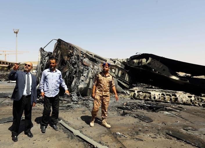 El ministro de transportes libio inspecciona el aeropuerto de Trípoli tras los combates.