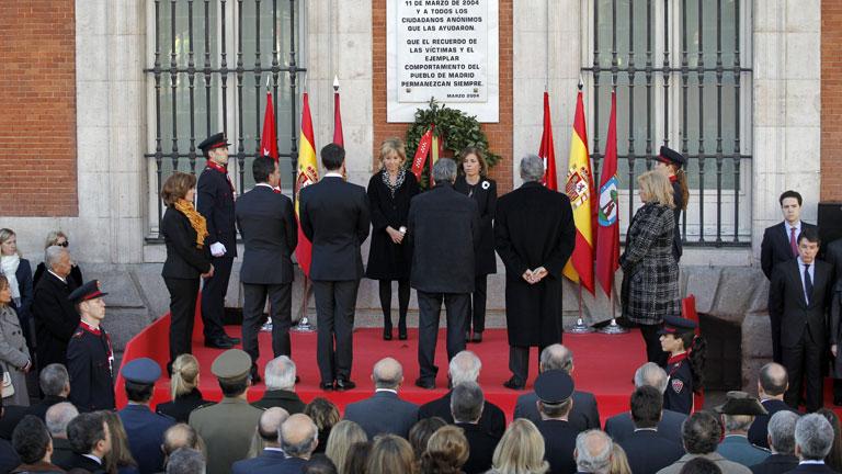 Minuto de silencio en la Puerta del Sol en el homenaje oficial a las víctimas del 11M
