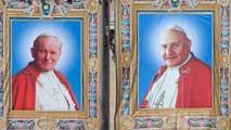 Ir al VideoLa misma ceremonia hará santos a dos papas distintos y muy populares