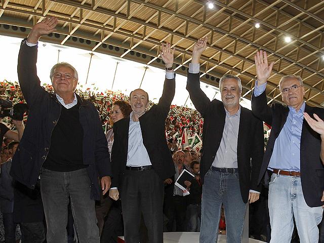 Felipe González y Alfonso Guerra arropan a Rubalcaba en Dos Hermanas