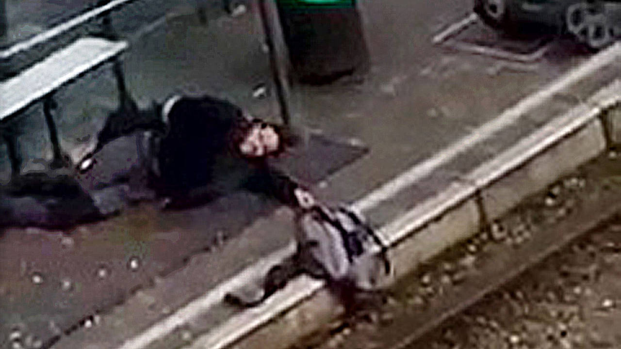 Momento del arresto de Abderamane A. en una parada del tranvía en el distrito bruselense de Schaerbeek