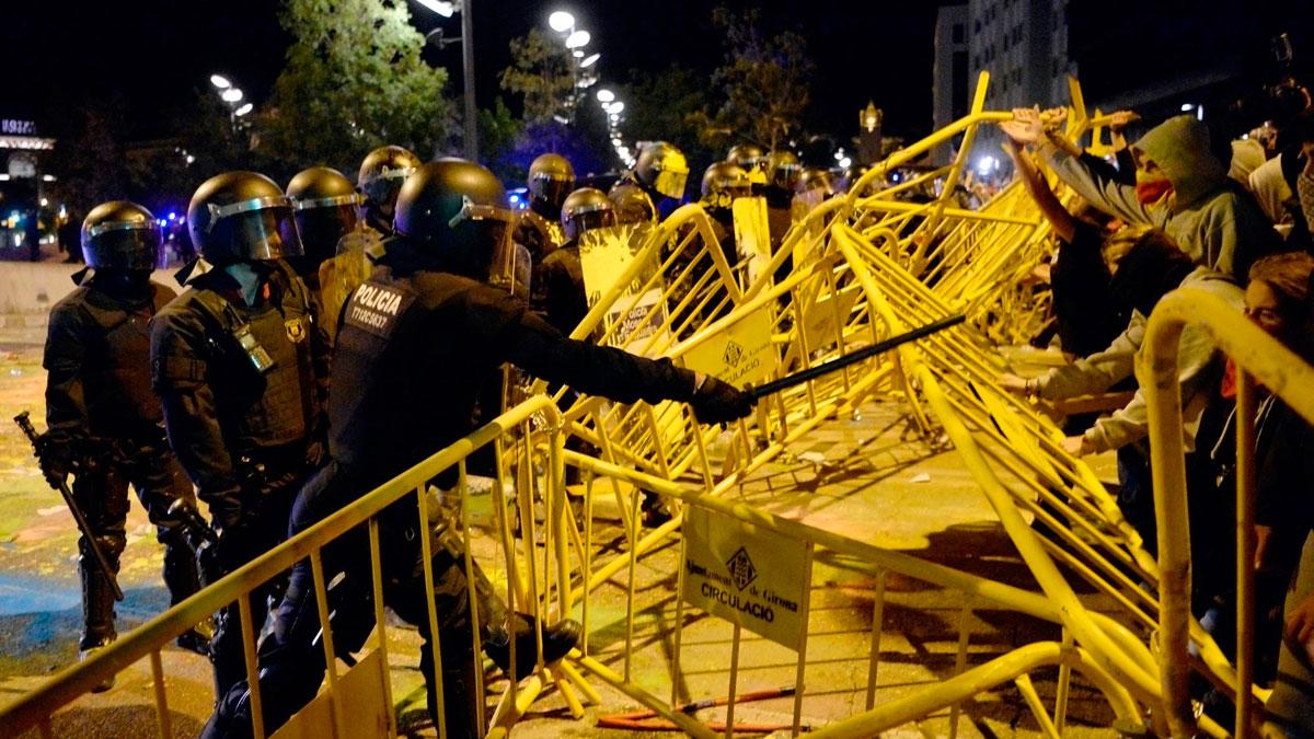 Ir al VideoLos Mossos cargan contra un grupo de radicales tras el intento de asalto al Parlament
