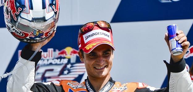 El español Dani Pedrosa celebra ganar la carrera de Moto GP del Gran Premio de Indianápolis.