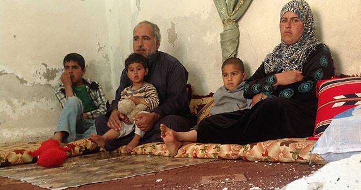 Moustafa Aljbra junto a su familia en su vivienda de Mafraq, Asentamiento irregular (Jordania)
